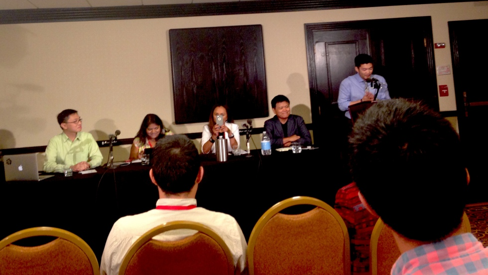 """Angry Asian Man's Phil Yu moderating the AAJA 2014 talk, """"Why and how should we cover the Asian American community?"""""""