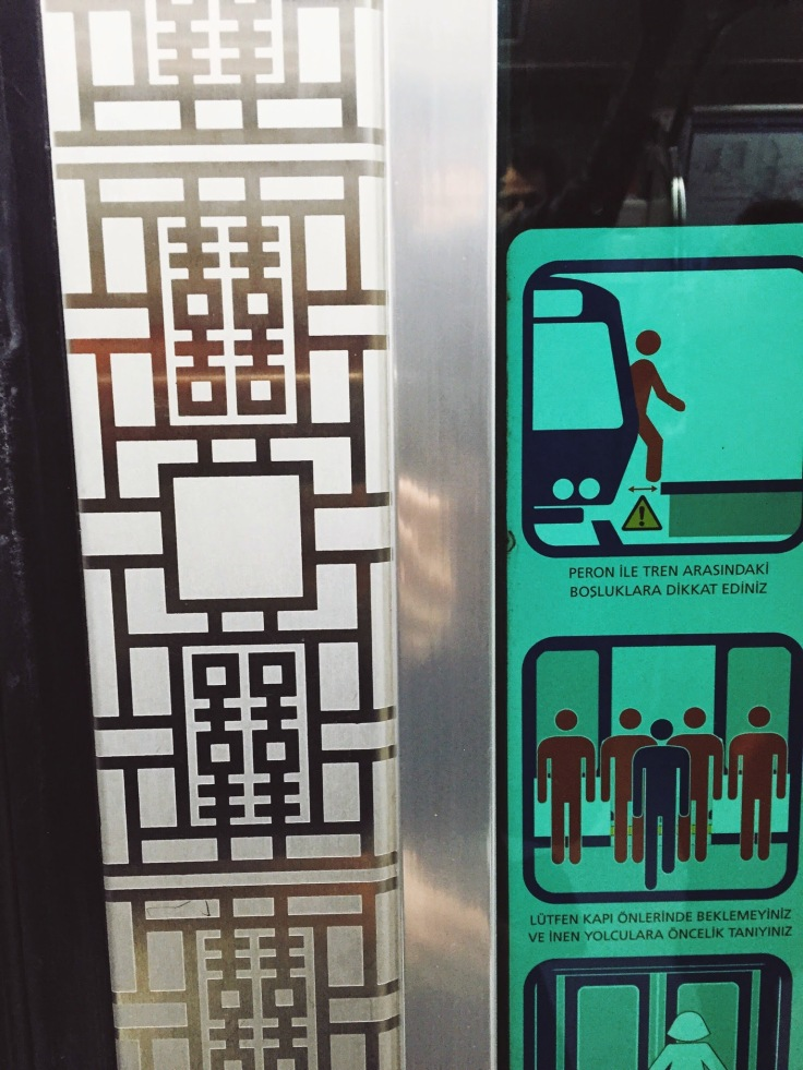 """""""Happiness"""" in Chinese on Istanbul subway doors"""