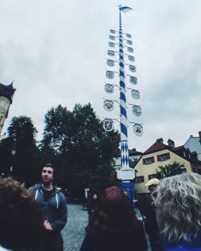 Marriage pole in front of Hofbräukeller